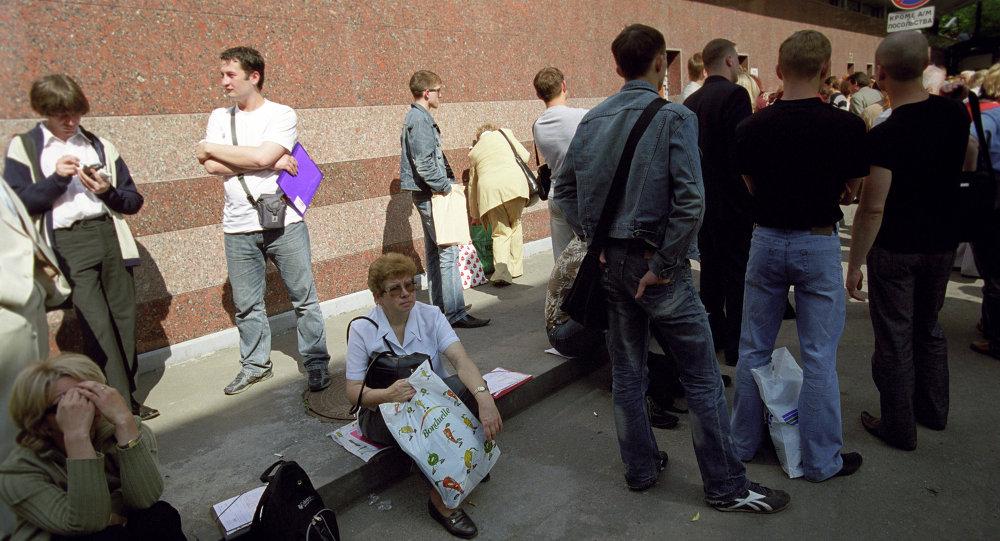 法国使馆前排队办理申根签证的人们