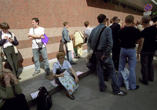 法國使館前排隊辦理申根簽證的人們