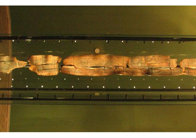 希吉爾木雕人像