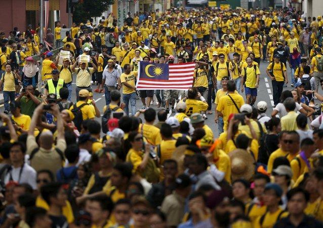 數千名示威者走上馬來西亞街頭要求該國總理對貪污事件負責