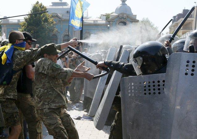 烏拉達附近示威人群試圖衝擊議會