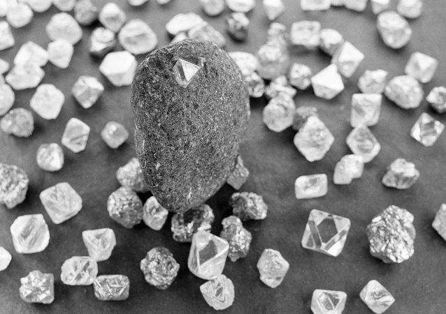 中国学者使用一块金刚石建成世界上首台稳定的量子计算机