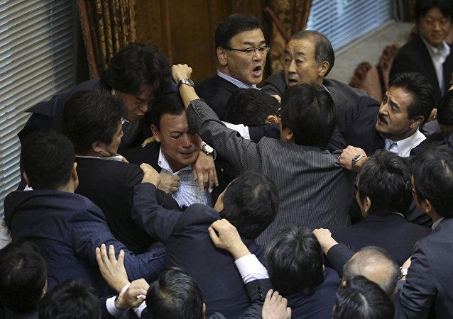 反对党尽管强烈抵制 日议会委员会仍通过安保法案