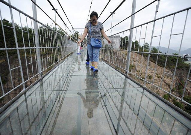 中国高空透明玻璃吊桥吓倒首批游客