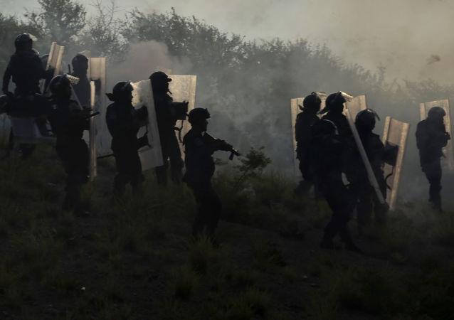 墨西哥为纪念失踪学生的游行发生骚乱