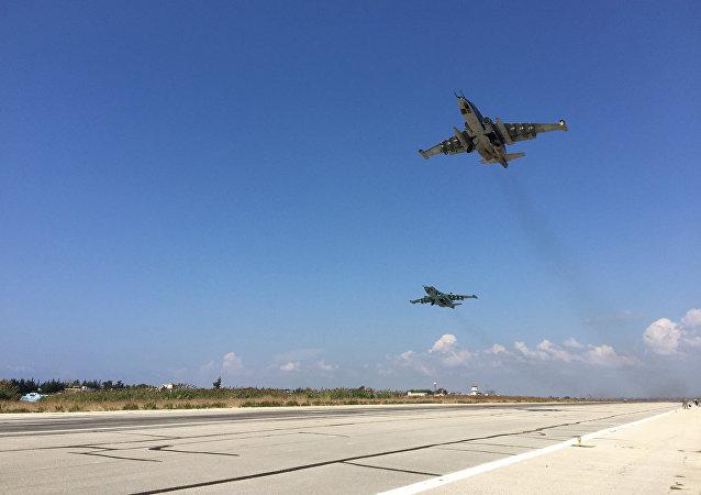 """卫星新闻莫斯科10月6日电 俄罗斯国防部发言人伊戈尔·科纳申科夫少将表示,俄空军摧毁了""""伊斯兰国""""位于叙利亚伊德利卜省的外国武装分子训练营。"""