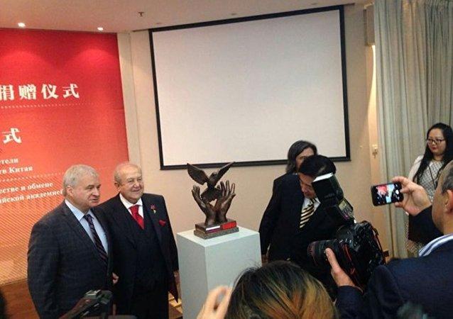 俄罗斯雕塑家成为中国美术馆顾问