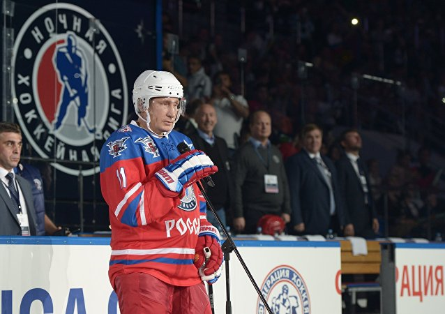 普京在索契冰球中心与著名冰球运动员竞技