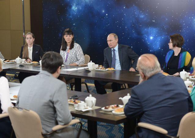 """俄罗斯总统弗拉基米尔·普京在接见全俄""""年度教师""""大赛获胜者时"""