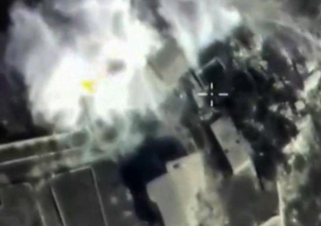 俄空天部隊一天內空襲86次 摧毀伊斯蘭國彈藥和裝備