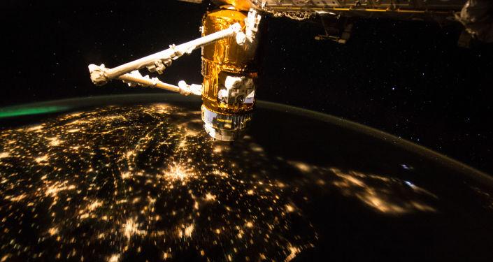 МКС на фоне ночной Земли
