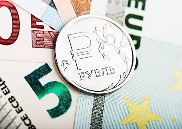 普京称俄当局正为影响卢布汇率寻求市场措施