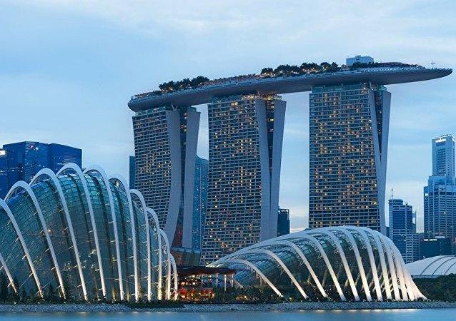 加拿大男子拿一张纸在新加坡抢银行