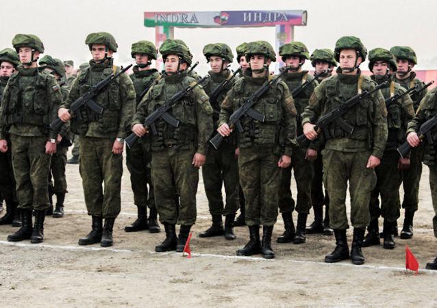 俄印軍人在「因德拉-2015」演習中演練消滅「恐怖分子」