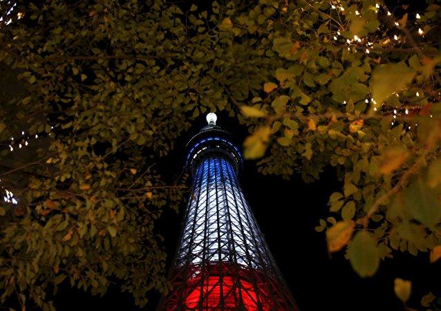 外媒:東京電視塔亮「法蘭西色」 向巴黎恐怖襲擊致哀