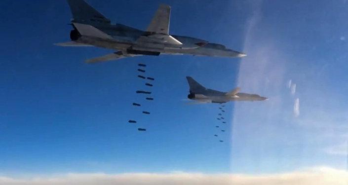 """俄图-22MS远程轰炸机对叙利亚境内的""""伊斯兰国""""设施进行打击"""