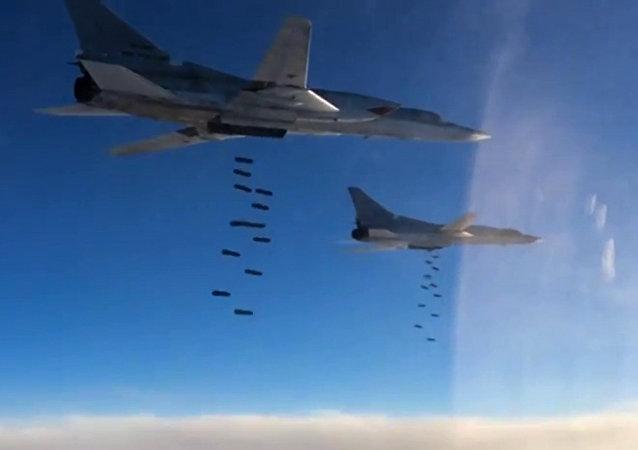 """六架图-22M3从俄境起飞轰炸叙代尔祖尔的""""伊斯兰国""""设施"""
