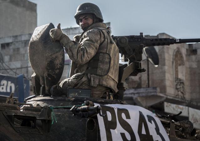 坦克上的土耳其士兵