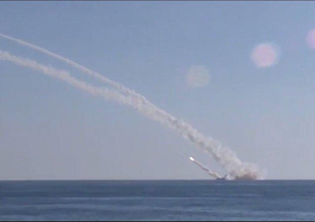 """""""北德文斯克""""号核潜艇从巴伦支海发射""""口径""""导弹击中岸上训练目标"""