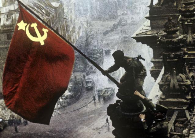 1945年5月1日在德國柏林的國會大廈頂端插起的紅旗