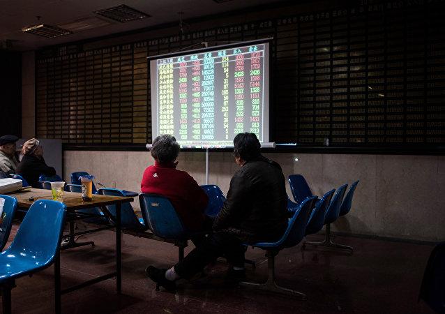 投资者正盯着上海证券交易所的股票滚动屏幕