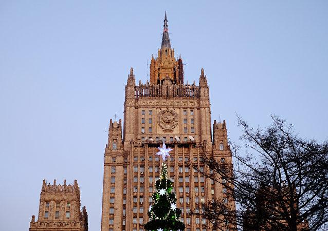 扎哈罗娃:外交部大楼尖顶被锯成纪念品