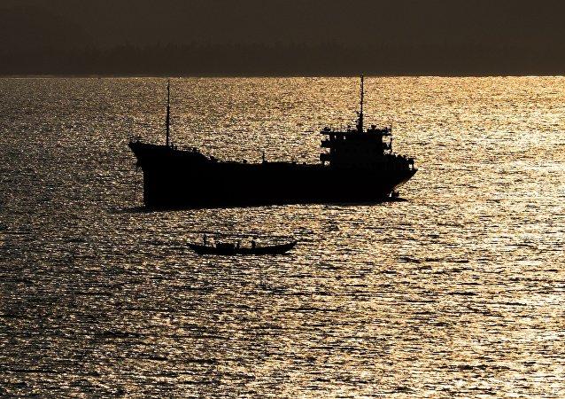 两艘船只在中国沿岸相撞并造成火灾,20人获救