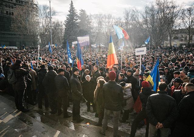 基希訥烏2萬人上街抗議 要求解散議會