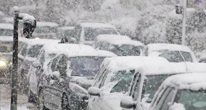 西班牙境內大雪成災 數千輛汽車被困