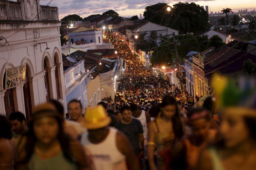狂欢节期间巴西人上街狂欢