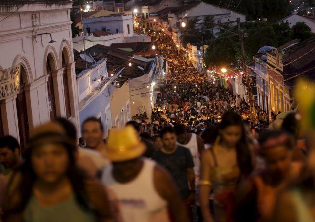 巴西里约热内卢狂欢节彩车撞围栏事件致8人受伤