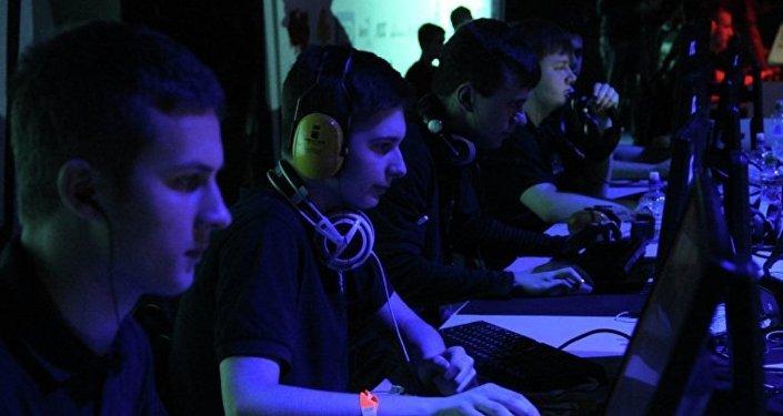 莫斯科男孩玩游戏赢得与色情女星共度一月大奖