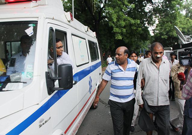 印度南部一辆卡车撞入路边售货亭导致至少20人死亡