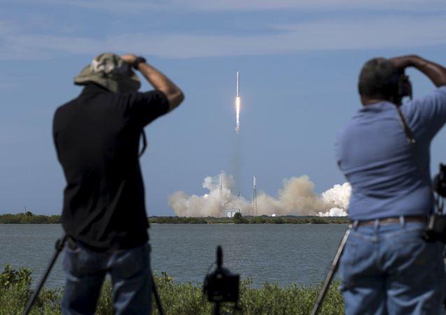 美国太空探索技术公司(SpaceX)将把死者骨灰送往太空