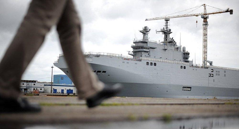 巴黎移交給開羅的「西北風」級直升機航母上升起了埃及國旗