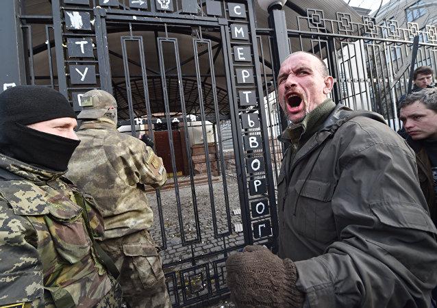 激进分子毁掉了在基辅的俄罗斯合作大楼的大门