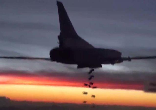"""俄空军飞机摧毁拉加附近被""""伊斯兰国""""控制的4座采油设施"""