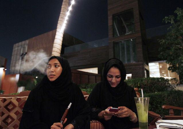 沙特允许女性自行办理护照出国