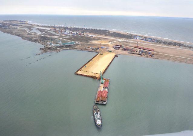 刻赤海峽大橋的工地 (圖茲拉島)