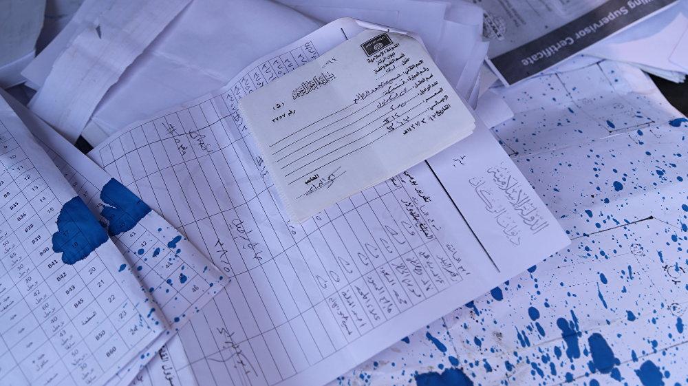 """采油费用,武装分子撤离后的沙达迪市,从上空可以看到""""伊斯兰国""""的标记"""