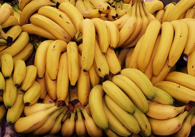 俄远东水果商向路人免费分发香蕉