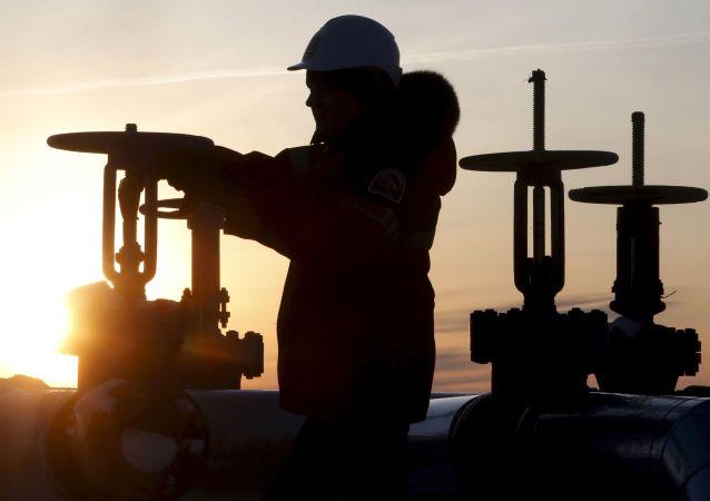 俄联邦在1月已提前实行在2月把石油开采量降至每日10万桶的计划