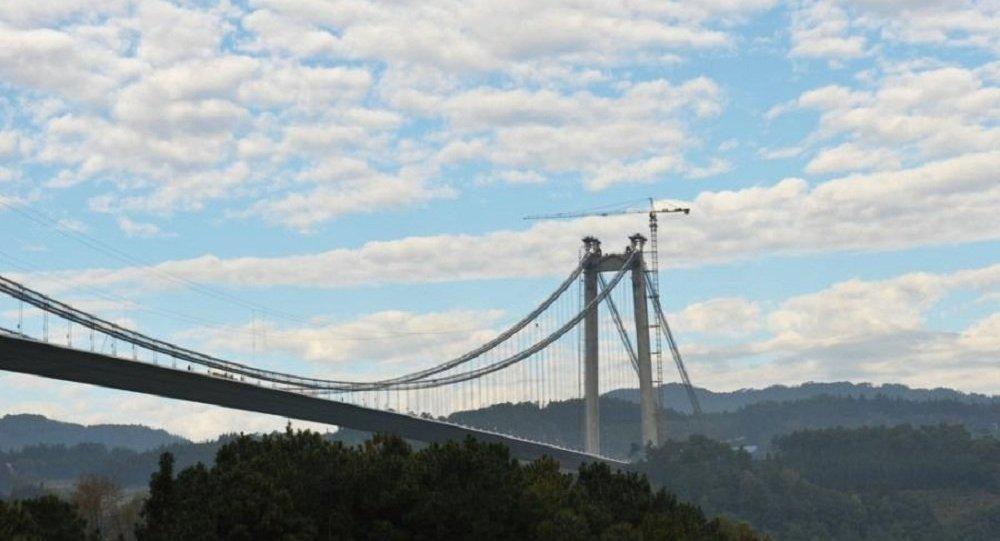 中国建成亚洲最高最长悬索桥