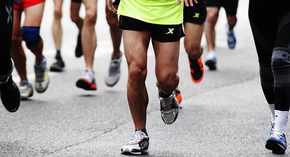 肯尼亚长跑运动员埃鲁德•基普乔格在柏林马拉松赛上夺冠并打破世界纪录