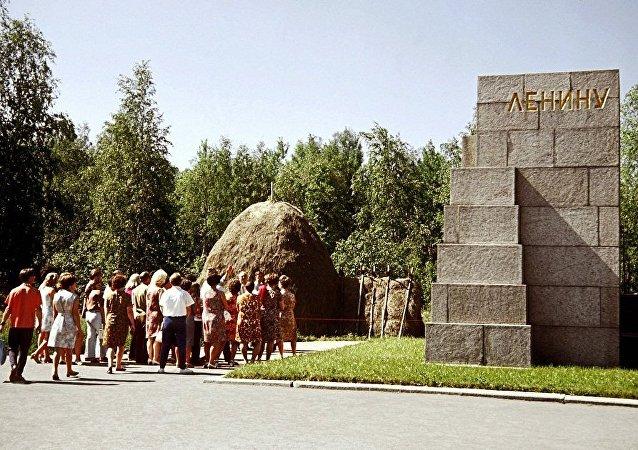 中國遊客開始參觀列寧窩棚博物館