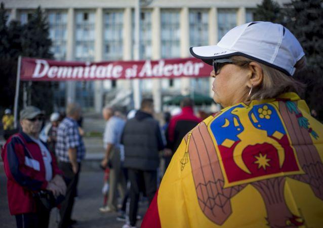 摩尔多瓦民主党支持者在政府、内务部及总检察院大楼前搭置帐篷抗议