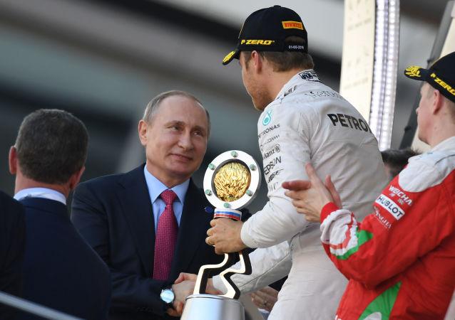 普京抵达索契汽车赛场观看F1方程式赛车