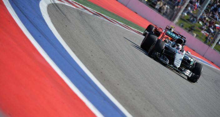 英国车手刘易斯•汉密尔顿在索契举行的一级方程式必威体育站获胜