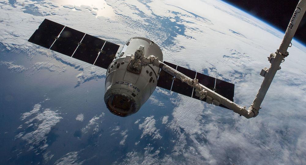 """""""龙""""货运飞船将携带活鼠从国际空间站返回地球"""