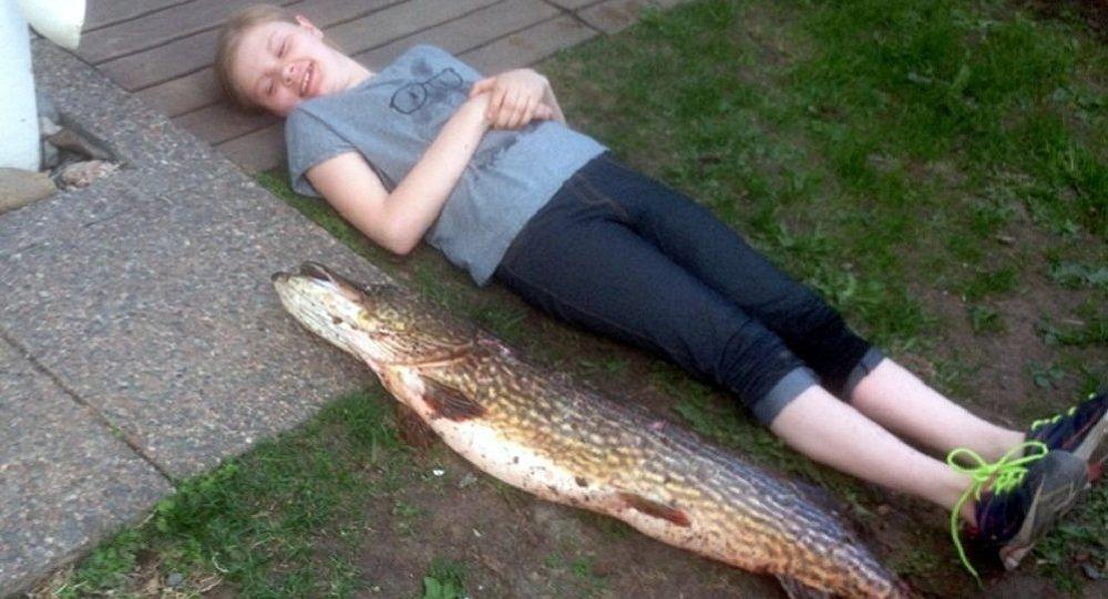 3名芬兰女孩用毛衣从湖中捕获10公斤重狗鱼
